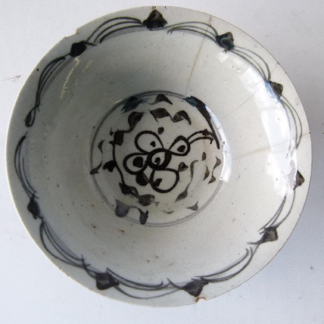 4 CHINESE MING DYNASTY SWATOW BLUE/WHITE BOWLS - 7