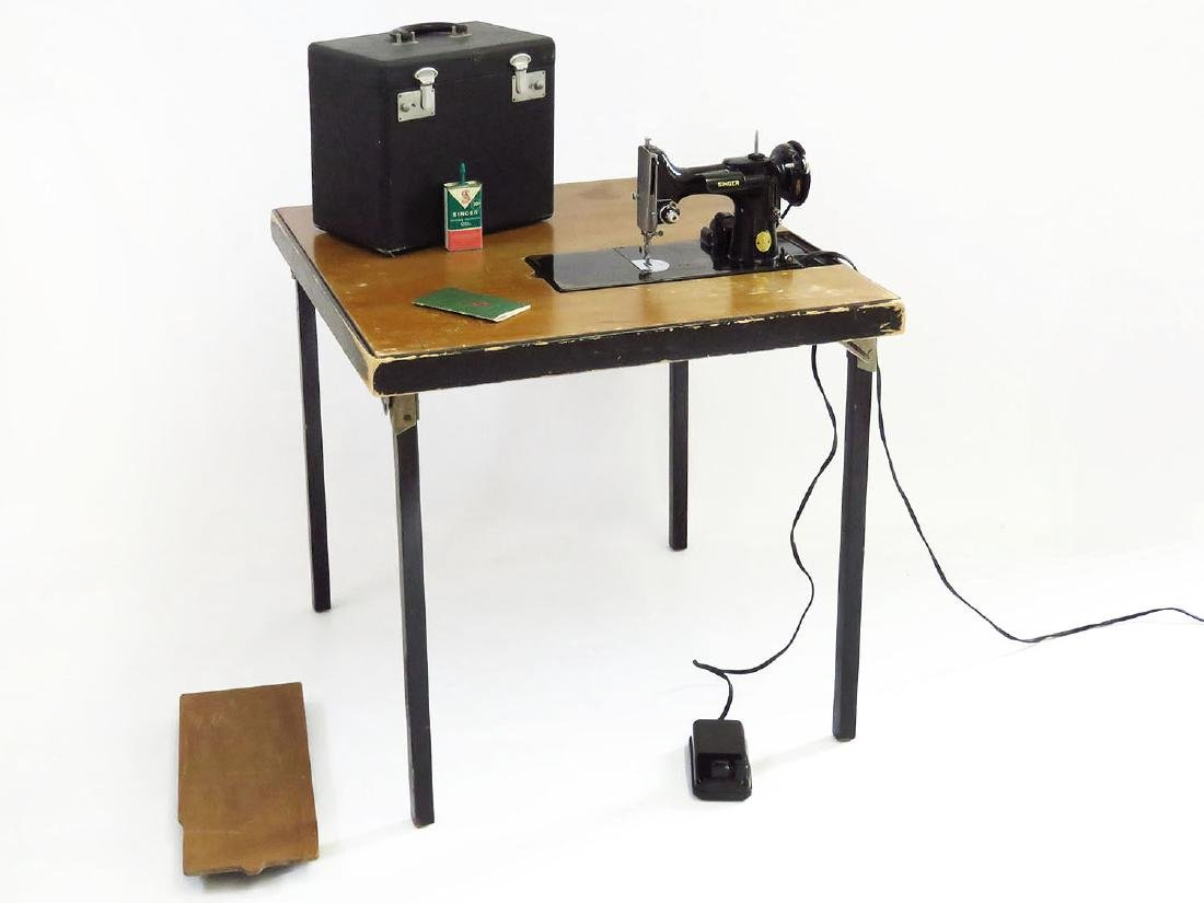 SINGER FEATHERWEIGHT 221 SEWING MACHINE & FOLDING TABLE