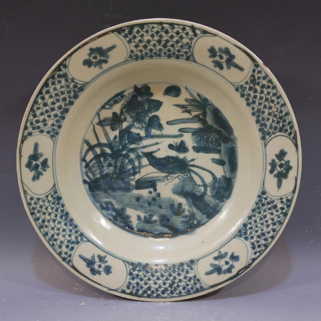 LARGE ANTIQUE CHINESE BLUE WHITE PORCELAIN CHARGER -