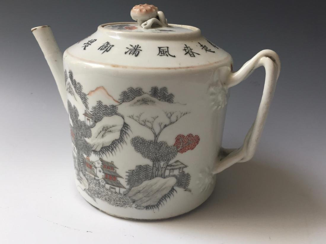 A CHINESE ANTIQUE FAMILL ROSE PORCELAIN TEAPOT, SIGNED.