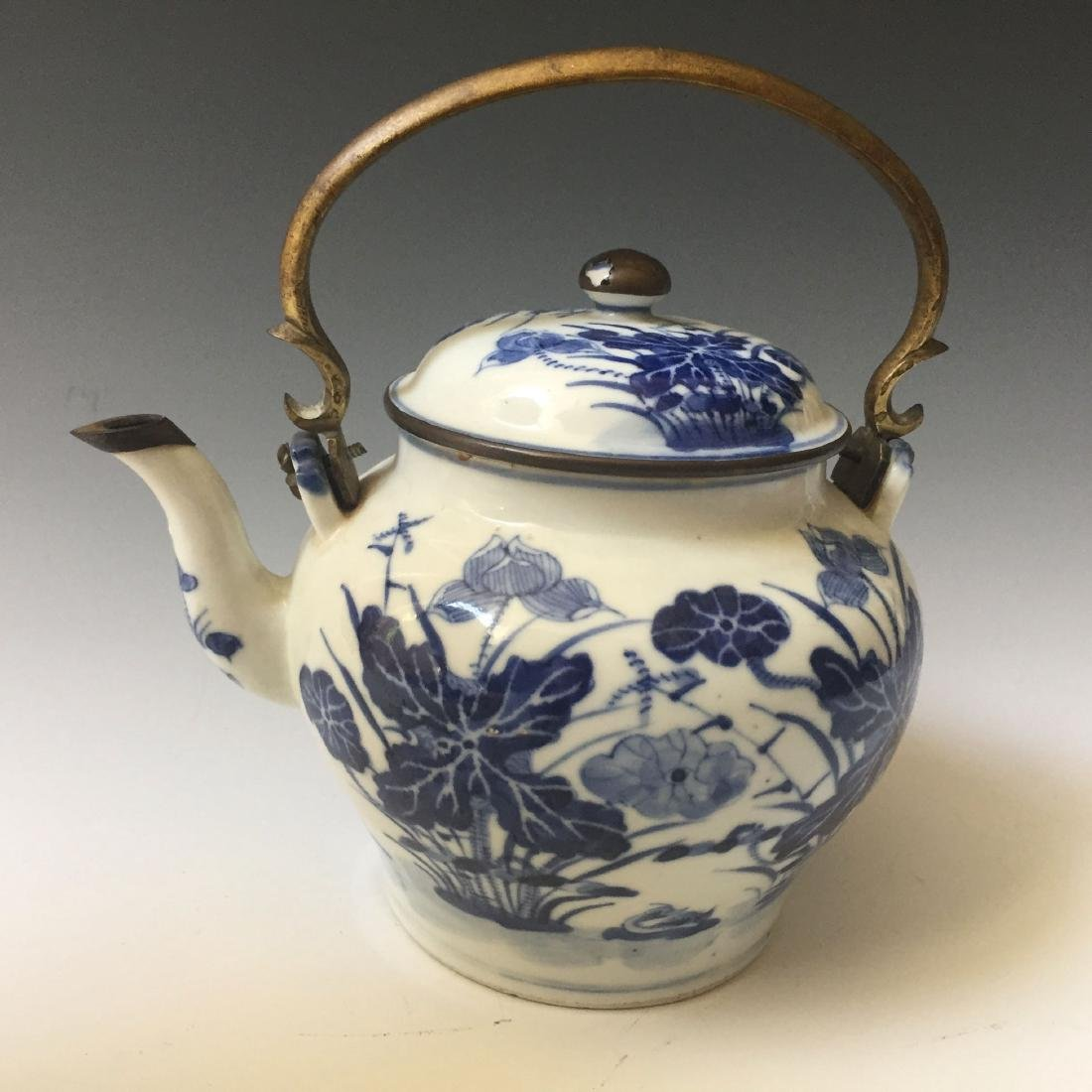 A CHINESE ANTIQUE BLUE AND WHITE PORCELAIN TEAPOT,19C.