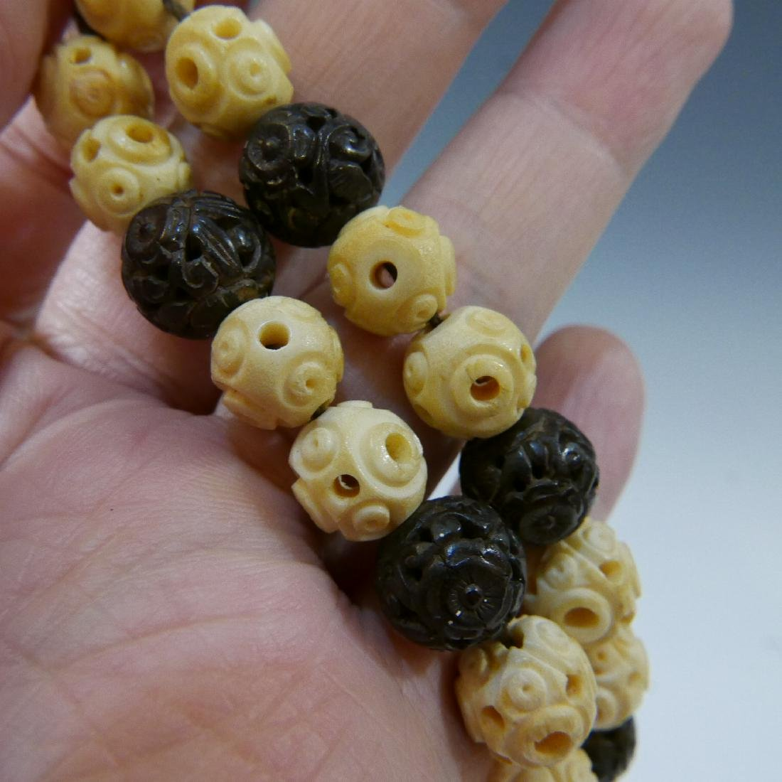 IMPRESSIVE ANTIQUE CARVED ALOESWOOD AND WHITE BEADS - 4