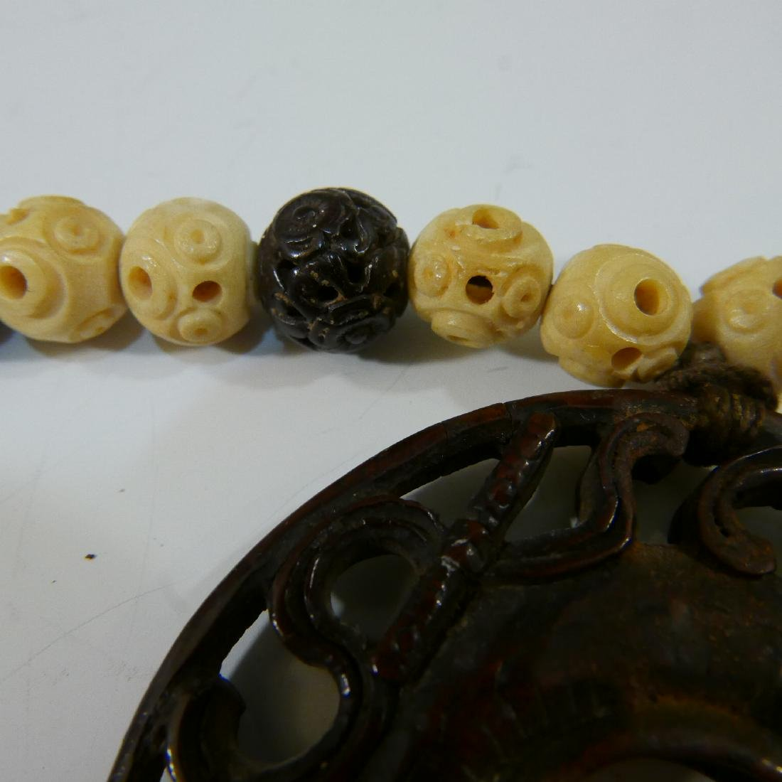 IMPRESSIVE ANTIQUE CARVED ALOESWOOD AND WHITE BEADS - 6