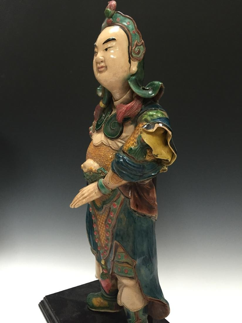 A CHINESE ANTIQUE POLYCHROME DECORATED FIGURE - 3