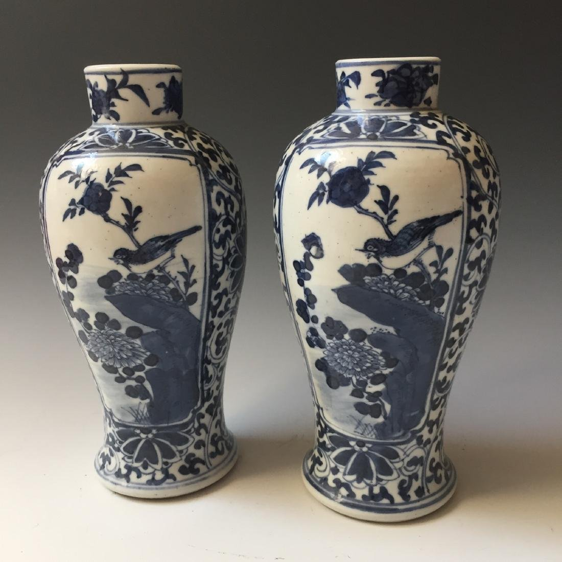 A PAIR CHINESE ANTIQUE BLUE AND WHITE VASE,19C.