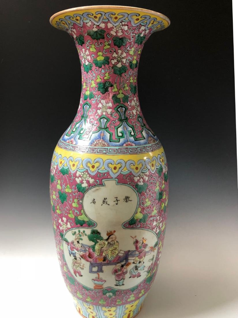 A LARGE CHINESE ANTIQUE FAMILLE ROSE VASE,19C