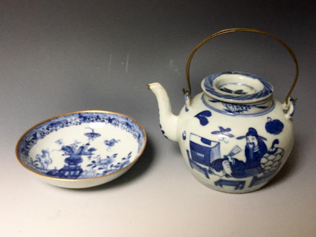 A SET OF CHINESE ANTIQUE BLUE AND WHITE PLATE AND