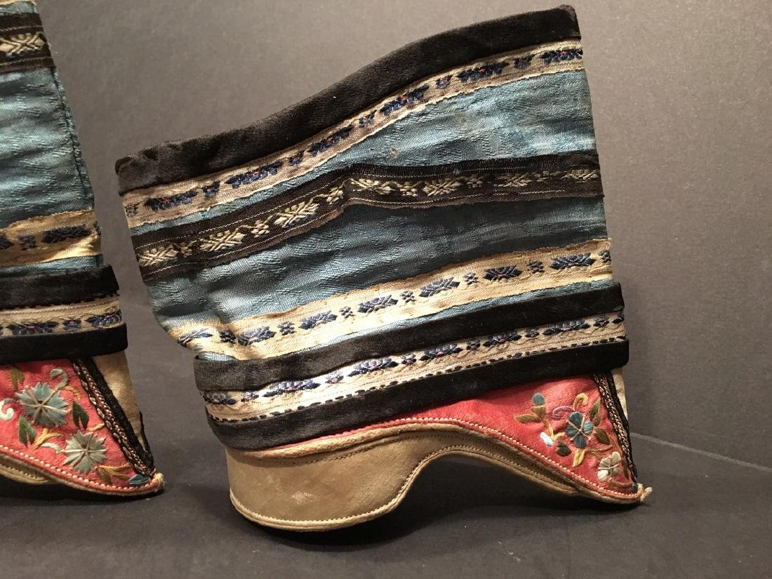 ANTIQUE Chinese Pair of Embroidery Shoes, Qing period. - 5