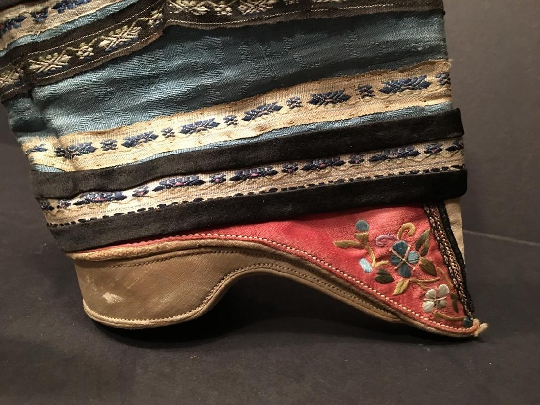 ANTIQUE Chinese Pair of Embroidery Shoes, Qing period. - 7