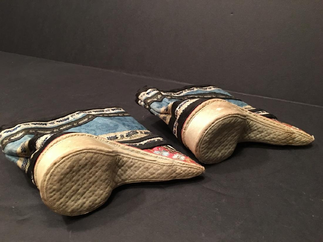 ANTIQUE Chinese Pair of Embroidery Shoes, Qing period. - 9