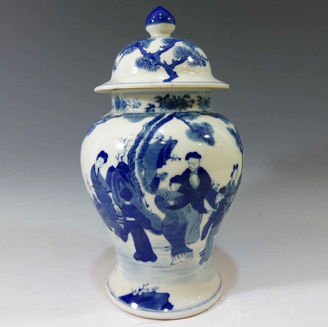 CHINESE ANTIQUE BLUE WHITE PORCELAIN COVER VASE -