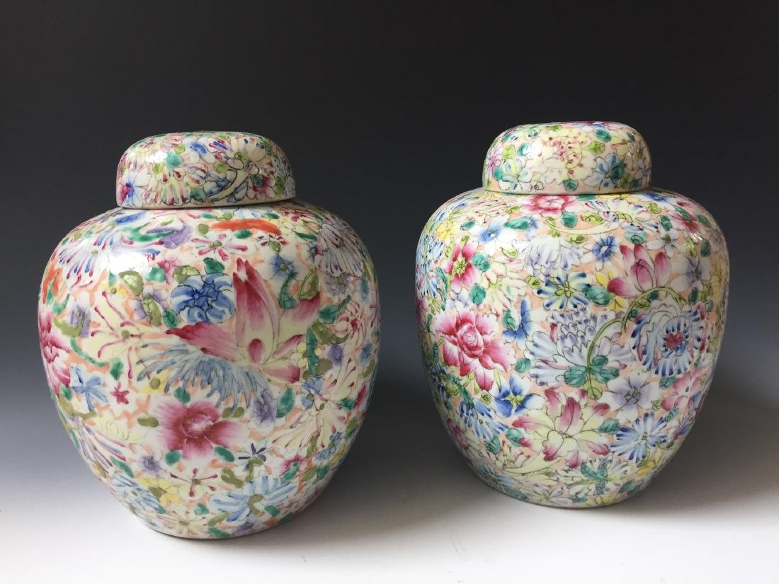 A PAIR OF CHINESE ANTIQUE FAMILLE ROSE PORCELAIN JARS