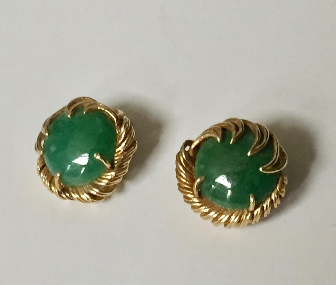 A FINE 14K GOLD CHINESE JADEITE EARRING