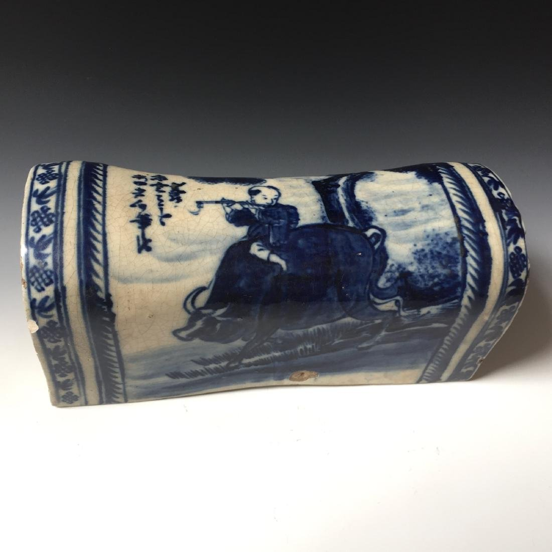 A CHINESE ANTIQUE BLUE AND WHITE PORCELAIN PILLOW,