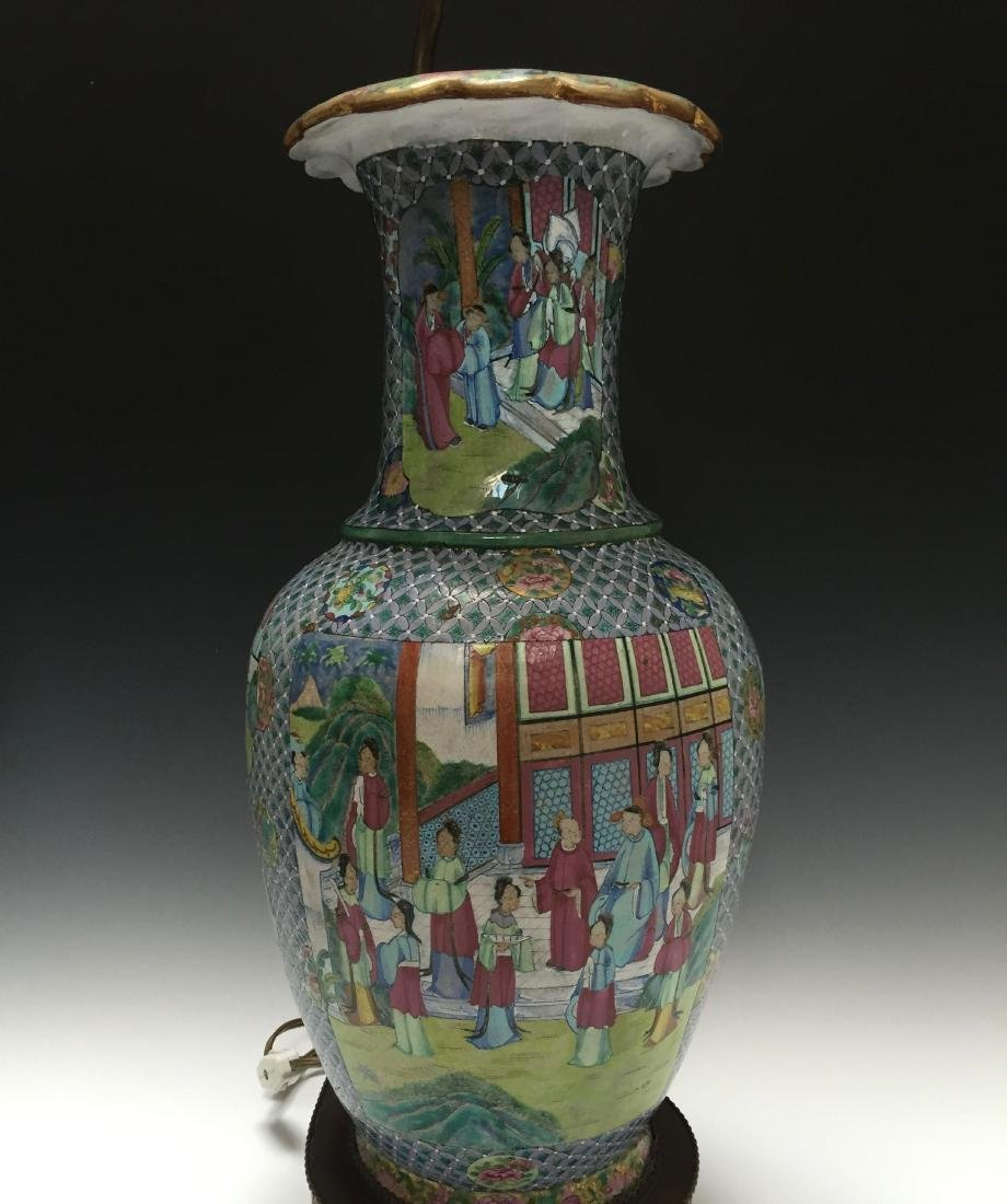 A CHINESE ANTIQUE FAMILLE ROSE PORCELAIN VASE,19C.