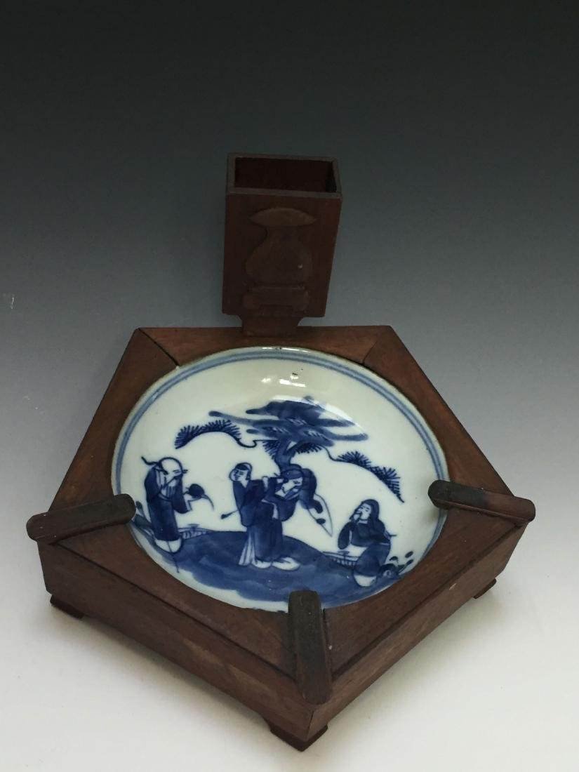 A BLUE AND WHITE  ANTIQUE PORCELAIN PLATE SET IN