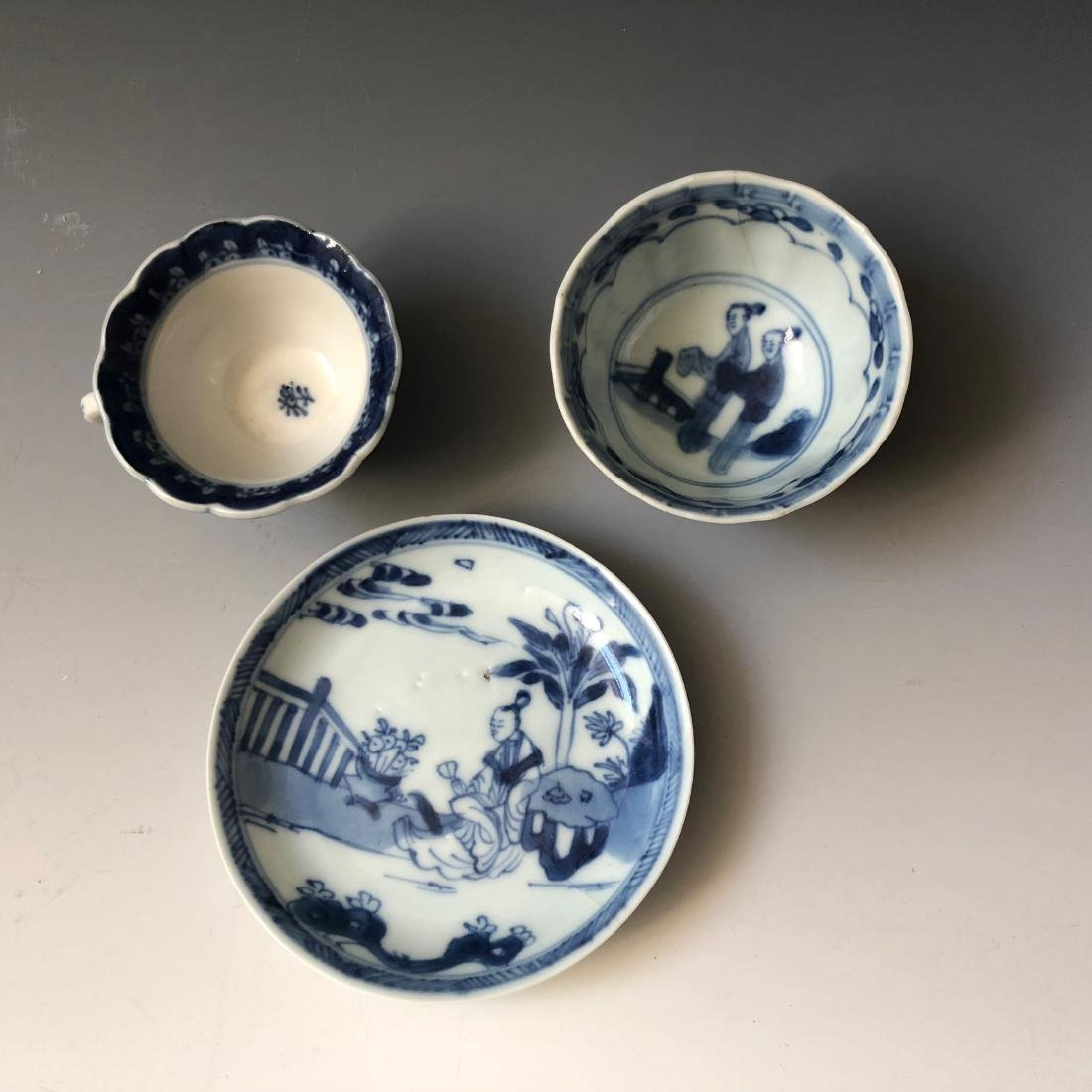 A SET OF CHINESE ANTIQUE BLUE AND WHITE PORCELAIN