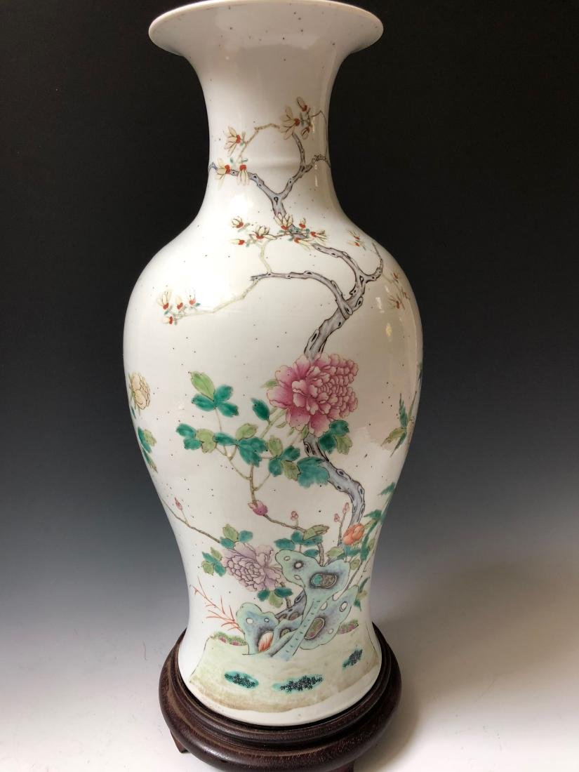 A CHINESE ANTIQUE FAMILL ROSE PORCELAIN VASE