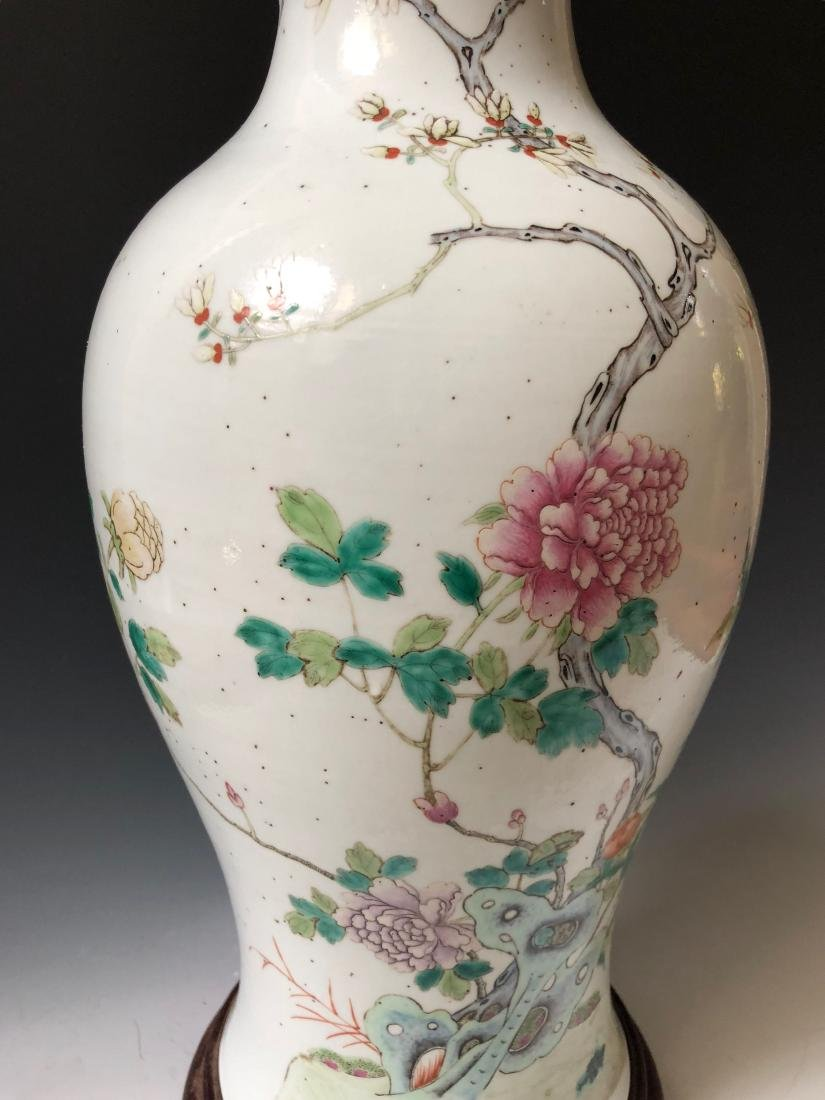 A CHINESE ANTIQUE FAMILL ROSE PORCELAIN VASE - 2