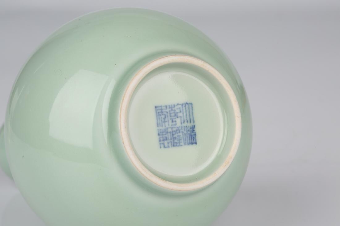 Chinese celadon porcelain vase, Qianlong mark. - 5