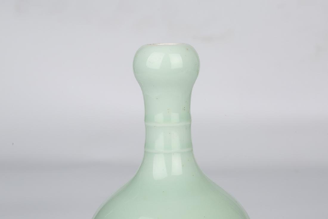 Chinese celadon porcelain vase, Qianlong mark. - 6