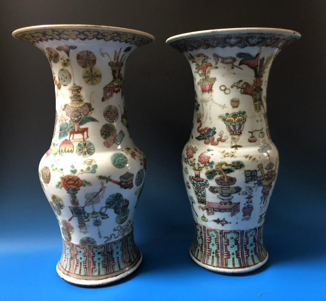 A PAIR OF CHINESE ANTIQUE FAMILLE ROSE PORCELAIN VASES