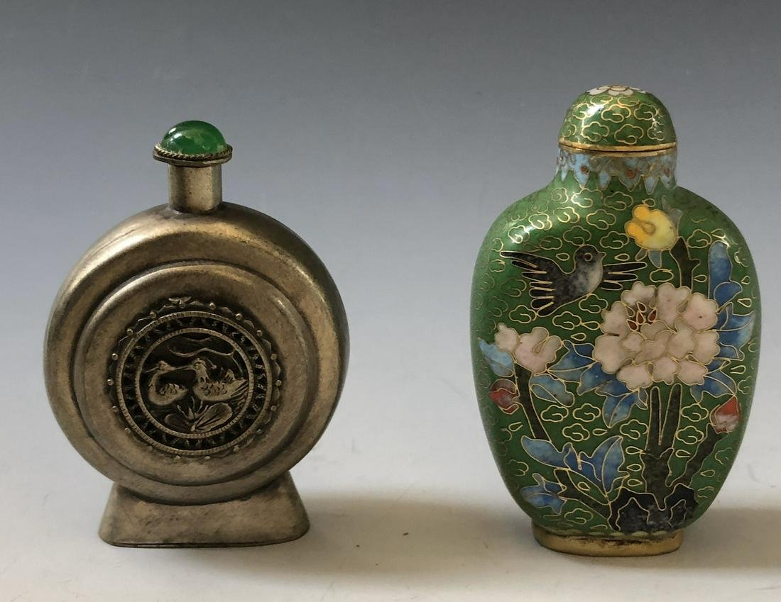 A PAIR OF CHINESE ANTIQUE SNUFF BOTTLES