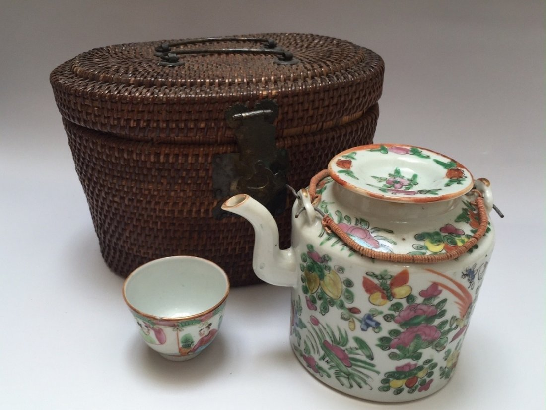 A CHINESE ANTIQUE ROSE MEDELLION TEAPOT AND CUP, 19TH