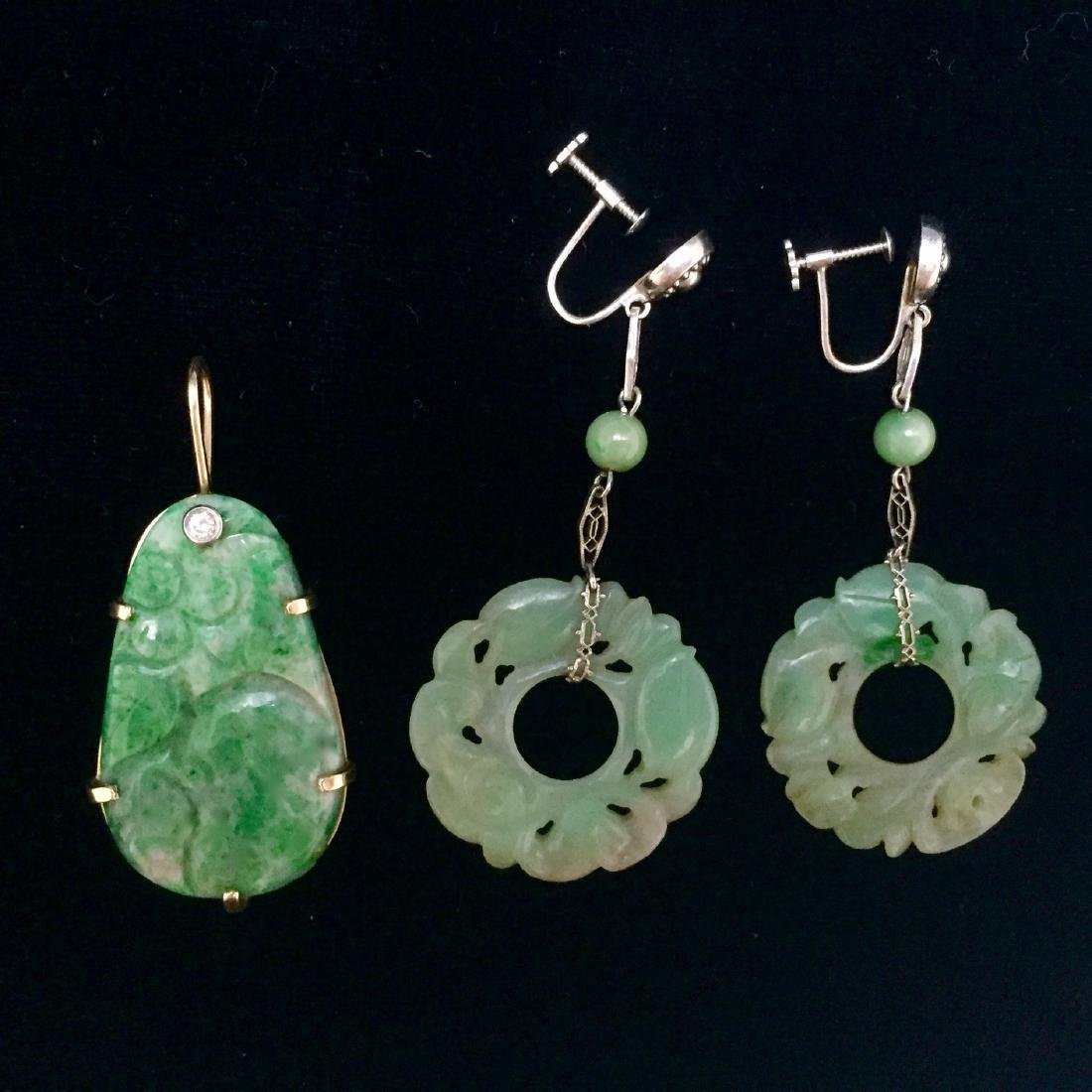 FINE 14K GOLD OLD CHINESE JADEITE PENDANT AND 14K WHITE
