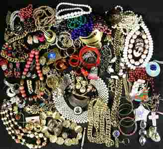 1336: Lot Costume Jewelry Rings Brooches Chains