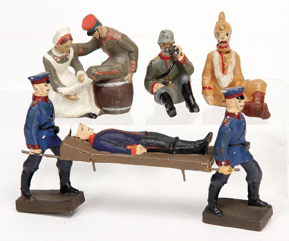 LINEOL First World War, 9 cm, 2 men with a casualty on