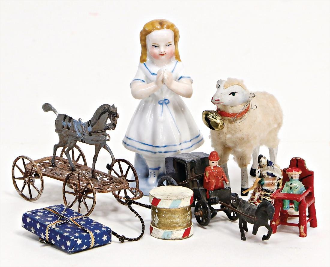 dollhouse decoration pieces for a Christmas scene,