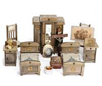 mixed lot of dollhouse furnishings, 2 beds with