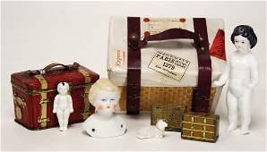 doll's suitcase, width: 11.5 cm, 2 small bath dolls,