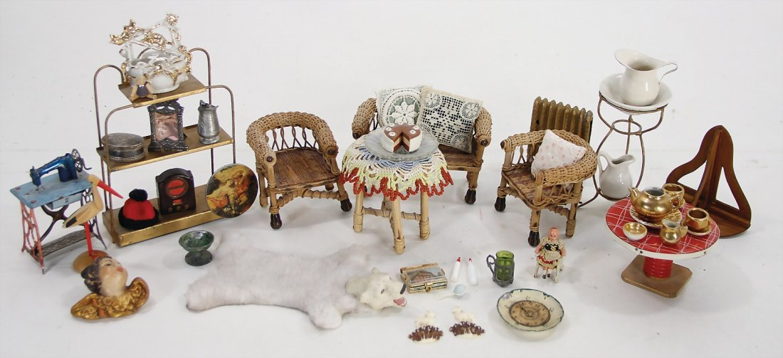 mixed lot of  dollhouse decoration pieces, small wicker