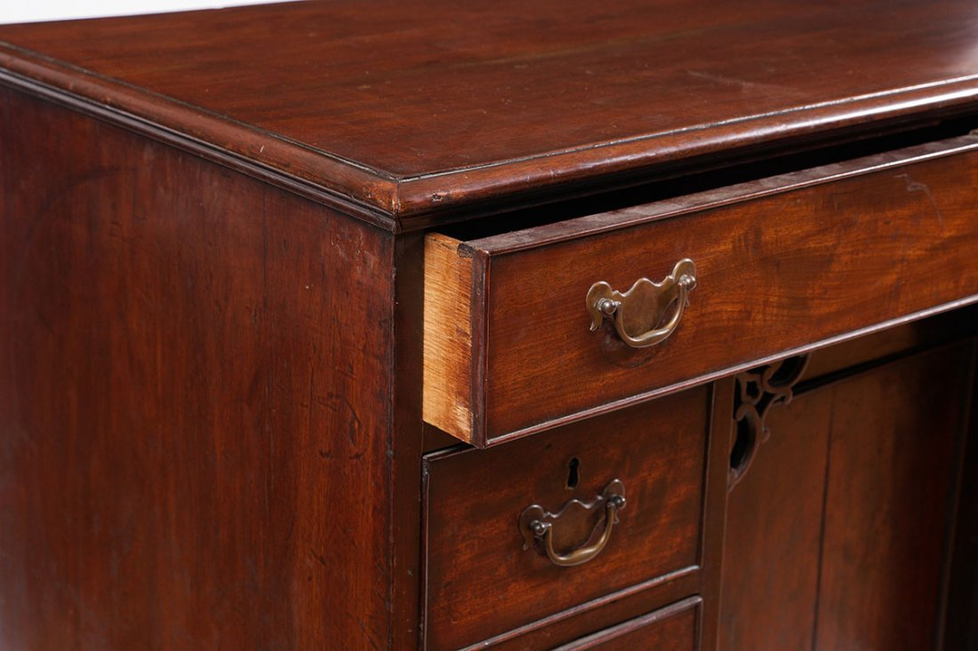 18TH CENTURY CHIPPENDALE KNEEHOLE DESK - 4