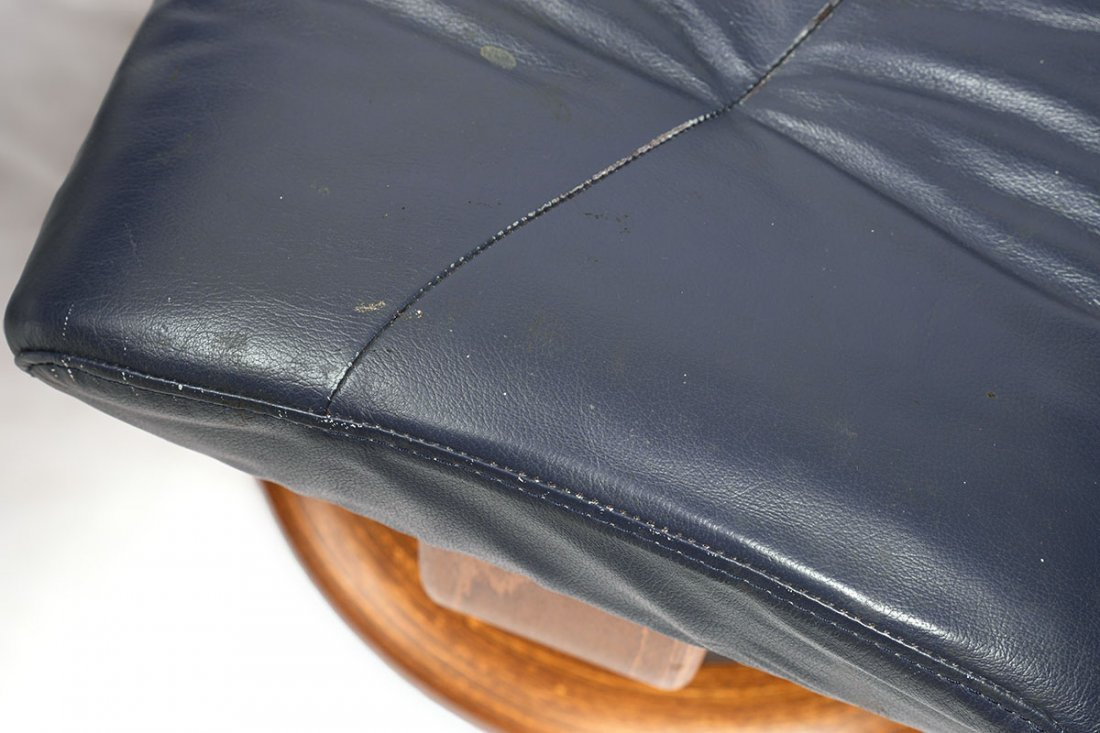 LEATHER EKORNES STRESSLESS RECLINER AND OTTOMAN - 4