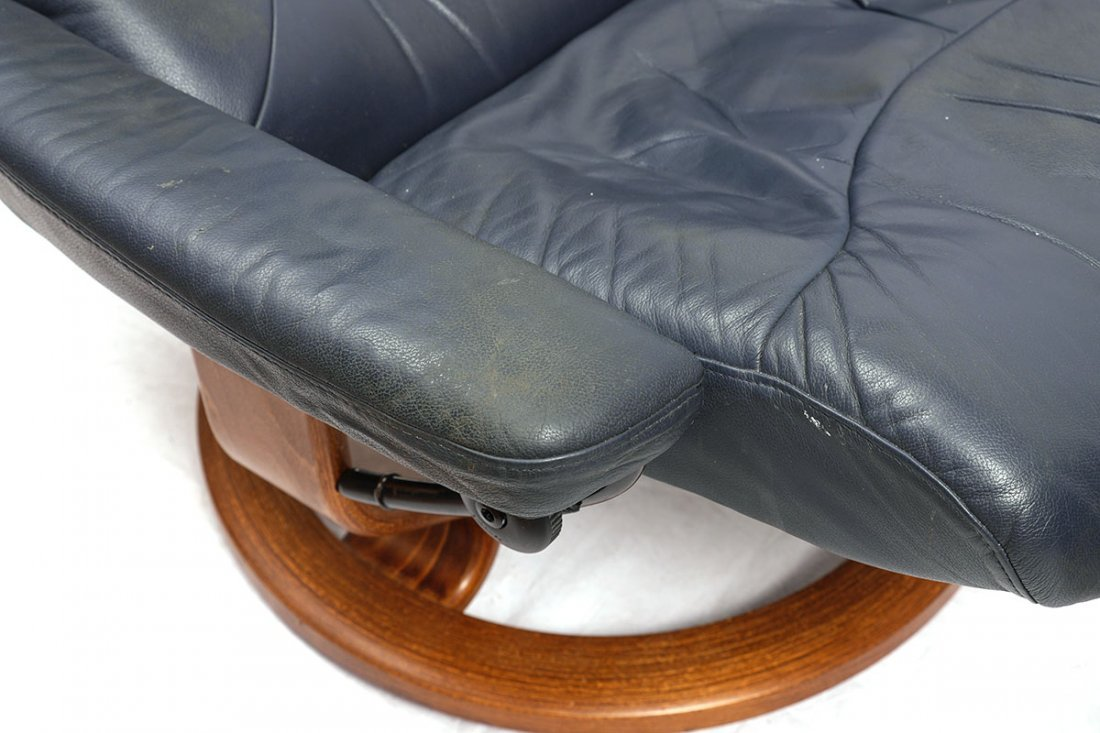 LEATHER EKORNES STRESSLESS RECLINER AND OTTOMAN - 5