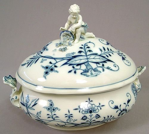 1018: LARGE MEISSEN BLUE ONION COVERED DISH