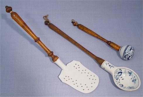 1018A: 3 PORCELAIN & WOOD UTENSILS attrib MEISSEN spoon