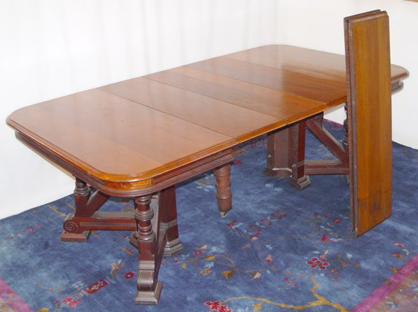 1018: VICTORIAN DINING TABLE WITH 6 LEAVES