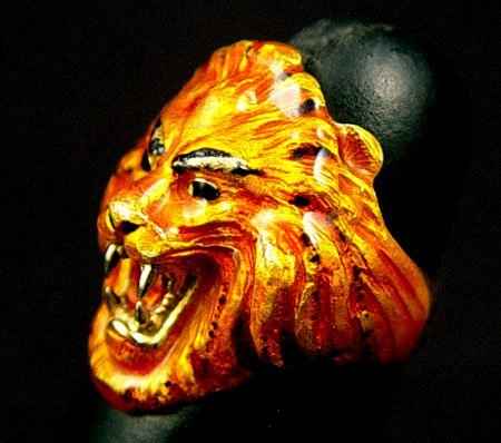 721: 18K ENAMELED LION RING WEIGHT  18  GR   SIZE  5