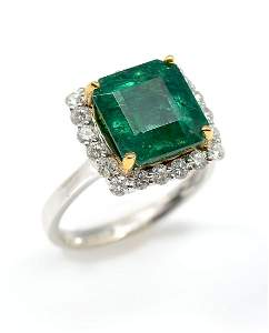 GORGEOUS 18K 5.94 CT EMERALD RING WITH DIAMONDS