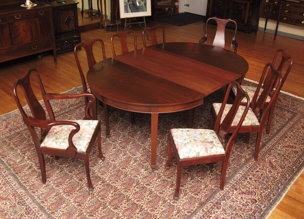 39: MAHOGANY BANQUET TABLE WITH 8 CHAIRS