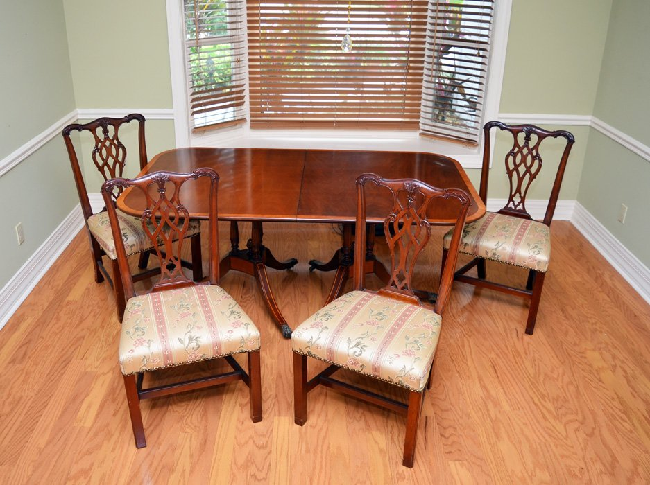 BEACON HILL BANDED MAHOGANY DINING ROOM TABLE 4 CHAIRS
