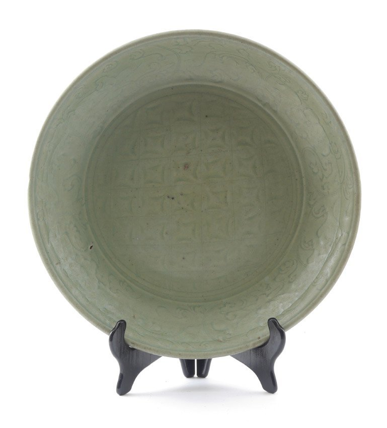 PRE 17TH CENTURY CHINESE LONGQUAN CELADON CHARGER
