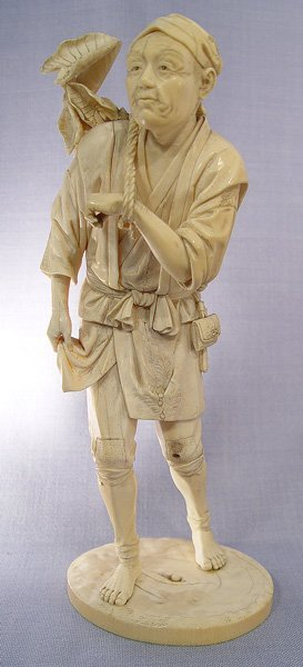 1002: JAPANESE CARVED IVORY FIGURE OF A GARDENER