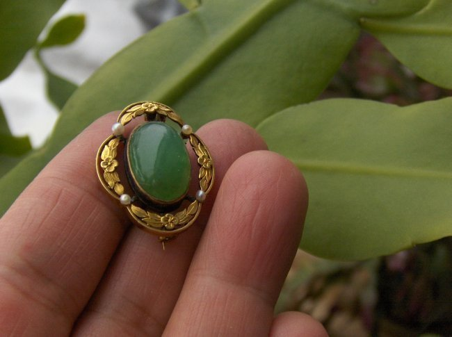 Chinese gold jadeite brooch. possible 14K 4.9 grams