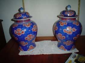 A pair of Qing dynasty vases.