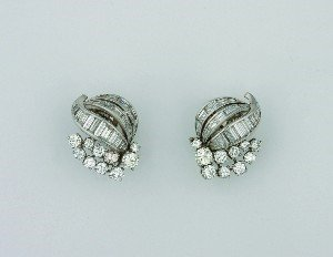 2: A Pair of Lady's Platinum and Diamond Earrings, Trab